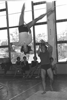 אגנס קלטי מאמנת במכון וינגייט בשנת 1960